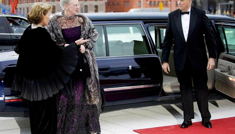 MED DANMARKS DRONNING: Kong Harald erklærte i går kveld operaen for åpnet. Her ankommer han Bjørvika i limousin sammen med dronning Sonja og dronning Margrethe av Danmark. Dagbladet.no følger Opera-festen utover kvelden. Foto: Kyrre Lien/ SCANPIX