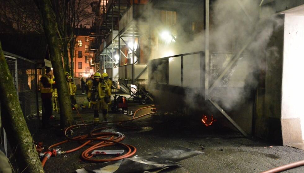 PÅTENT: Brannen i Sexes gate startet under en veranda. Brannvesenet mener brannen var påtent. Foto: Fredrik Hove / Hove Media