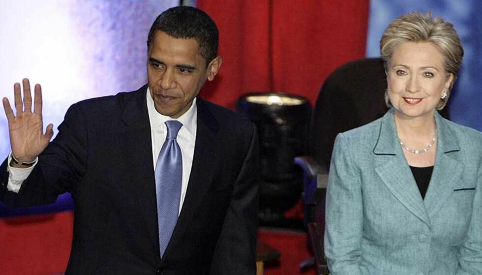 FREMDELES RIVALISERING: Barack Obama og Hillary Clinton mener begge at de fremdeles kan bli Demokratenes presidentkandidat. En ny meningsmåling viser imidlertid at flere som tidligere støttet Clinton, mener nå at Obama har større sjanse for å vinne presidentvalget. Foto: SCANPIX