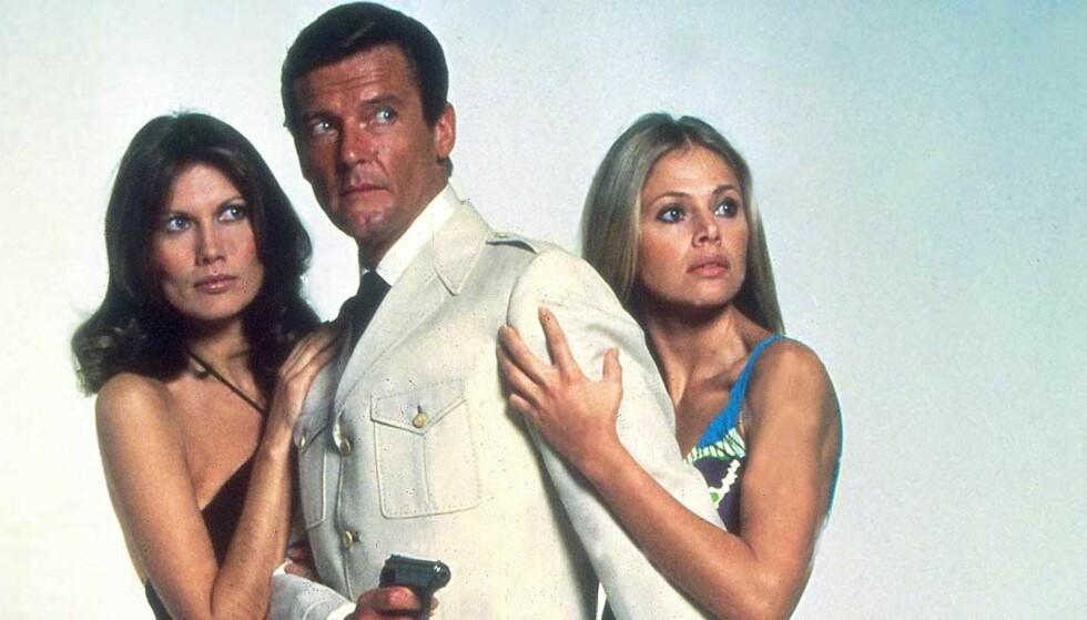 MED RETT TIL Å DREPE OG FORFØRE: Roger Moore som James Bond, flankert av Maud Adams og Britt Ekland, fra filmen «The Man With The Golden Gun» (1974). Foto: STELLA PICTURES