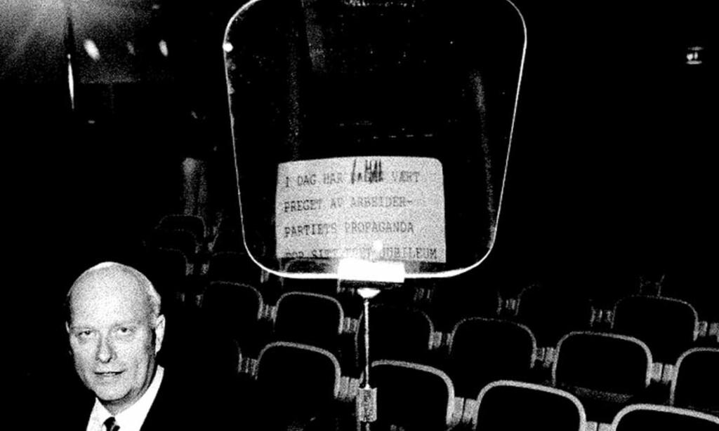 LANDSMØTE I TROMSØ I 1987: Høyres Rolf Presthus var den første politikeren i Norge til å ta i bruk en teleprompter, eller lesemaskin/auto-cue som den også kalles. Media kom med kraftig kritikk, og hovedanklagen var at dette var en overflatisk amerikanisering av norsk politikk. Foto: ARNE V. HOEM