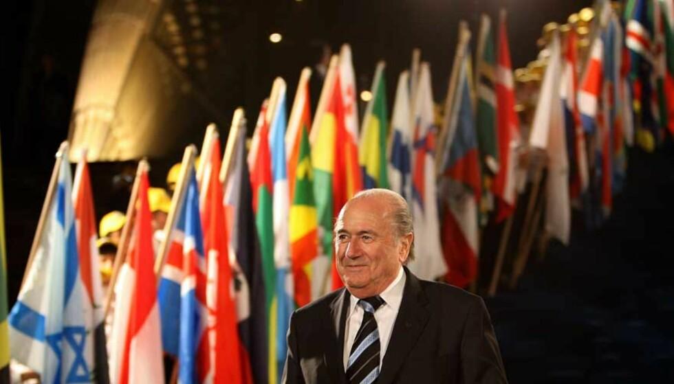 MED NASJONENE I RYGGE: 155 av de 200 nasjonene på FIFA-kongressen stemte i favør av Sepp Blatters omstridte 6+5-forslag. Foto: GREG WOOD/AFP/SCANPIX