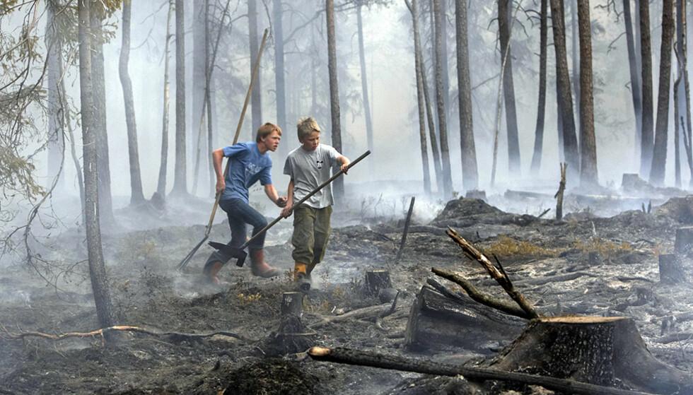 KJEMPER MOT FLAMMENE:  Jan Fredrik Veum (14) og Andreas Hagle (13) var med og kjempet mot den store skogbrannen i Østfold til langt på natt. Foto: CORNELIUS POPPE, SCANPIX.