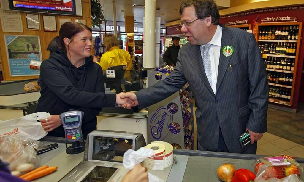 STEMMESANKING: Statsminister Brian Cowen har støtte fra alle de store partiene i Irland når han ber folket om å stemme ja til Lisboa-traktaten. I går var han ute blant velgerne for å få dem til stemmelokalet i dag. Foto: Scanpix