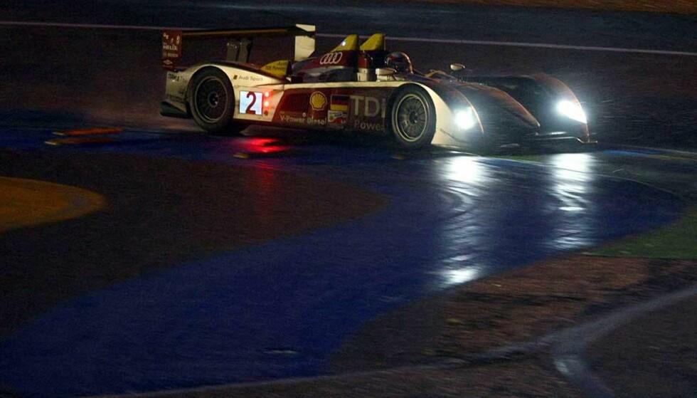 24 TIMER PÅKJENNING: Tom Kristensen og lagkameratene Rinaldo Capello og Alan McNish kjørte natt og dag før de omsider kunne krones som seierherrer i det prestisjetunge Le Mans-24 timers. Foto: AFP/Scanpix