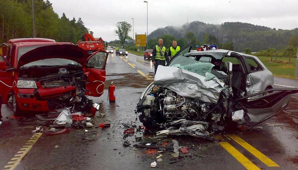 NY DØDSULYKKE:  Søndagstrafikken krevde et nytt dødsoffer på landets blodigste veistrekning E18 gjennom Bamble i Telemark. En 70 år gammel kvinne omkom og seks andre trafikkanter ble skadd. Foto: TORBJØRN BERG.
