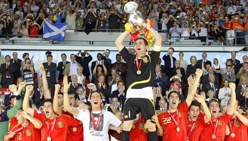 ENDELIG: De spanske gutta kunne slippe jubelen løs etter å ha ventet på en triumf siden 1964 - altså lenge før noen av dagens spillere ble født. Foto: AP