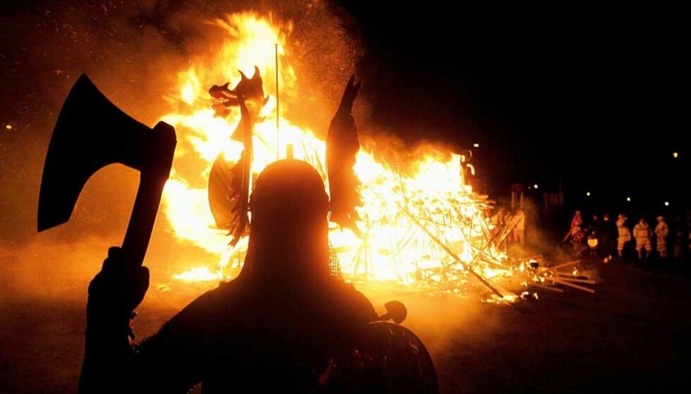 SKUMMELT PÅ SHETLAND: Bildet er fra årets Up Helly Aa-festival i Lerwick på Shetland. Foto: SCANPIX