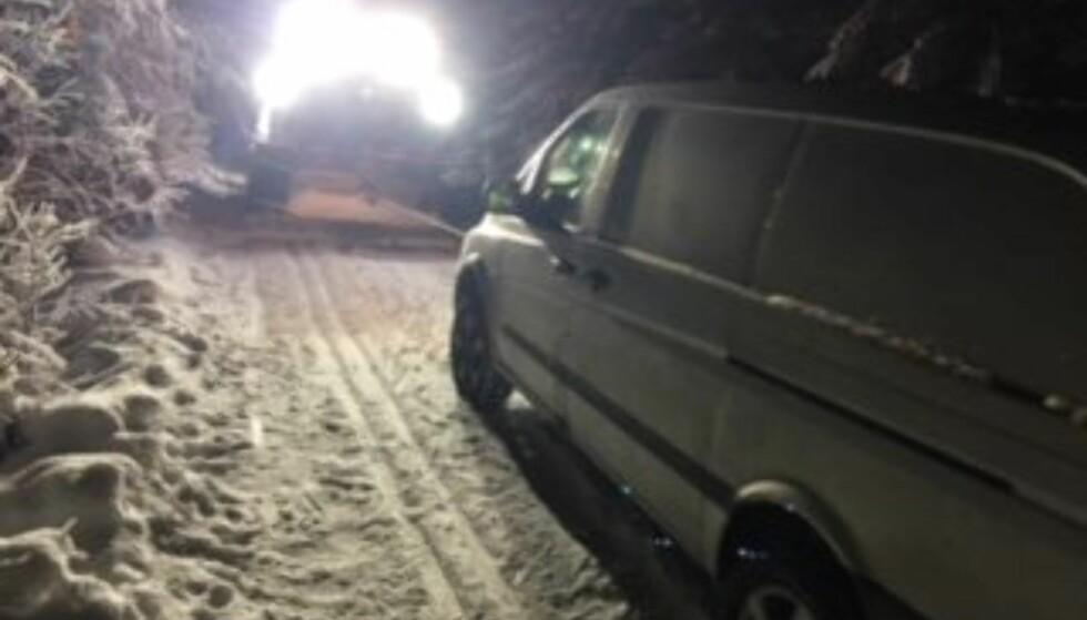 SVENSKE I SPORET: En svensk sjåfør kjørte seg varebilen sin fast i skiløypene i Lillehammer. Sjåføren skal ha tatt feil vei til Mesnasaga, og sto ifølge politiet i sporet et par timer før hjelpen kom. Foto: Politiet