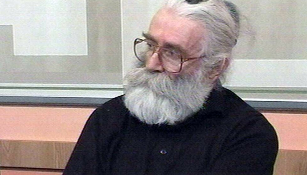 SOM FORVANDLET: Da Radovan Karadzic til slutt ble arrestert i 2008, var han som forvandlet, som alternativ medisiner med langt hår i helskjegg. Foto; NTB / Scanpix