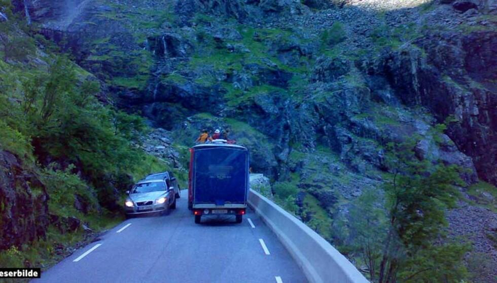 SPESIELL TRANSPORT: En buss med amerikanske turister fra Brekke Tours ble kjørende bak denne bussen med tilhenger - der noen av turistene like godt plasserte seg på taket. Foto: MARIT WOLD