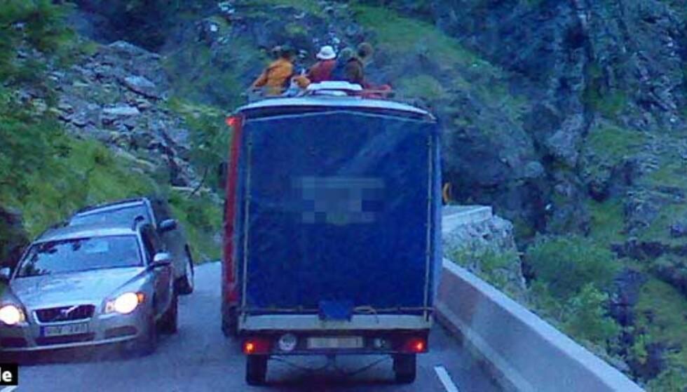 Her reiser turistene opp Trollstigen på taket