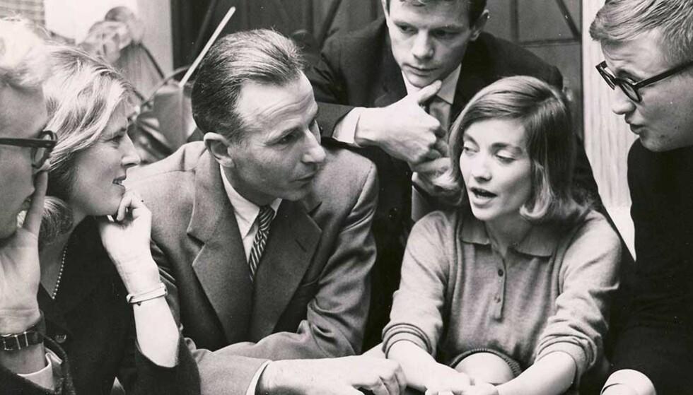 MIDTPUNKT: Med «Filosofiens historie» (1953) ville Arne Næss presentere studentene for de ulike filosofenes særegne måter å stille og løse filosofiske problemer på. Her sitter Næss i 1961 som et selvfølgelig midtpunkt blant diskuterende studenter.