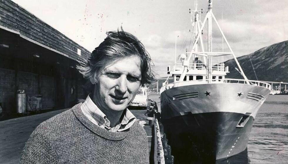 BESTSELGER: Ottar Brox' «Hva skjer i Nord-Norge?» - en   akademisk anlagt studie av utkantpolitikk - kom ut i 1966 og ble en ganske usannsynlig bestselger. Responsen fra folk nordpå var spesielt stor. Brox' analyser stemte åpenbart overens med noe man  ge hadde følt, men ikke var i stand til å artikulere. Her er Brox fotografert på kaia i Tromsø i 1980. Foto: HELGE SUNDE