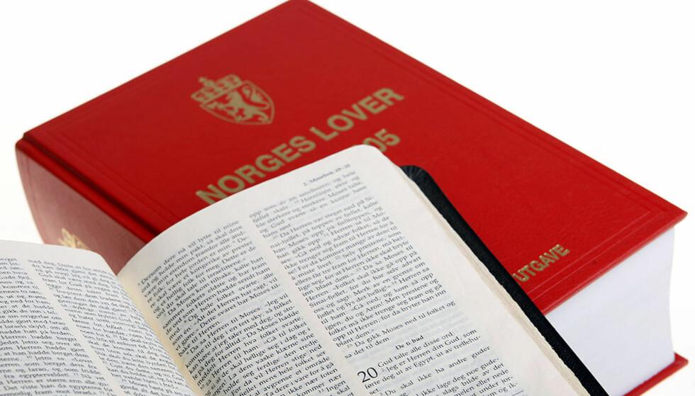 ROT I BØKENE:  I 2009 skal alle få tilsendt et kors der de aktivt kan velge om de vil være medlem av statskirken, sier direktør Jens Petter Johnsen i Kirkerådet. Illustrasjonsfoto: HÅKON MOSVOLD LARSEN, SCANPIX.