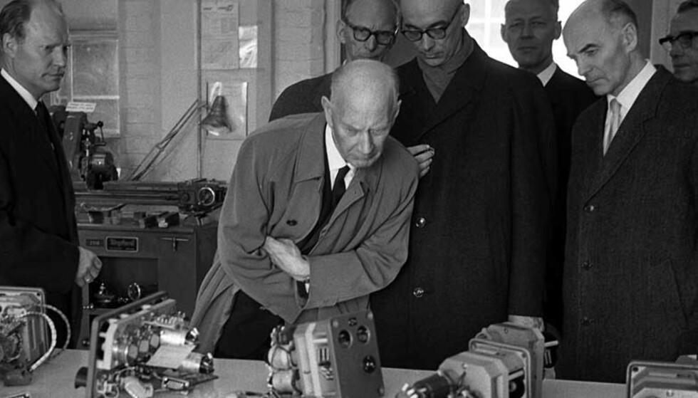 Statsminister Einar Gerhardsen (nr. 2 f.v.) var en interessert gjest ved Kongsberg våpenfabrikk i 1964. Foto: Ivar Aaserud Aktuell / Scanpix