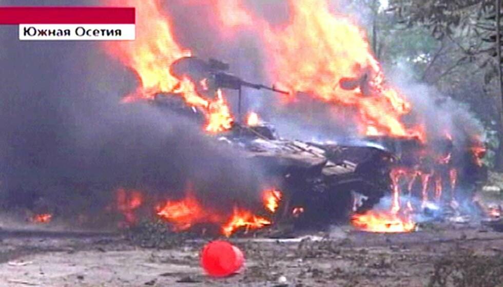 I BRANN: En georgisk tank er ødelagt i kampene i Tskhinvali i Sør-Ossetia. Lørdag har flere russiske soldater kommet til området, og enda flere er på vei. Foto: CHANNEL ONE/AFP/SCANPIX