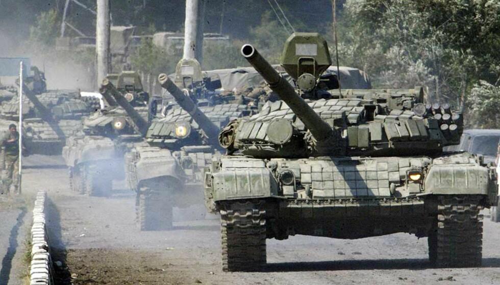 VÅPENHVILEN BRUTT: Dette bildet fra 10. august viser russiske tanks i nærheten av Dzhava i Sør-Ossetia. I dag tidlig rykket russiske tanks i Gori. Foto: Musa Sadulayev/AP/Scanpix