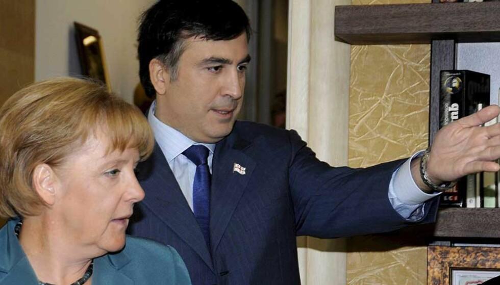 MØTTES: Georgias President Mikhail Saakashvili og forbundskansler Angela Merkel møttes i dag i Georgias hovedstad Tblisi. Foto: EPA