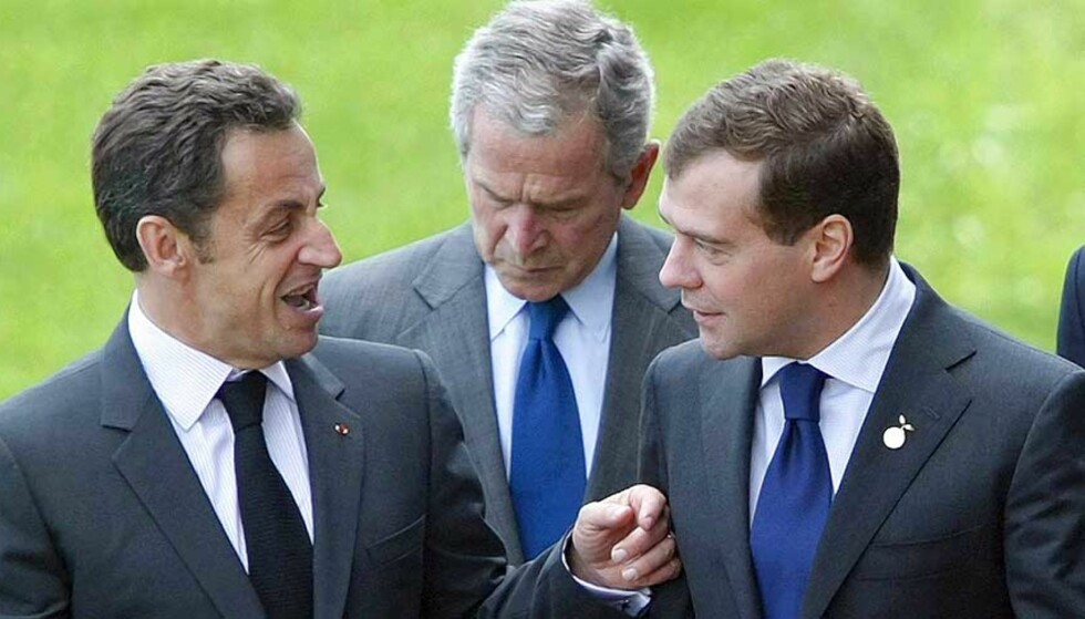 TRUER RUSSLAND: Frankrike-president Nicolas Sarkozy (t.v) har forklart presidentkollega Medvedvev at løftebrudd medfører sanksjoner. Her under G8-møtet i Japan tidligere i sommer. Foto: EPA