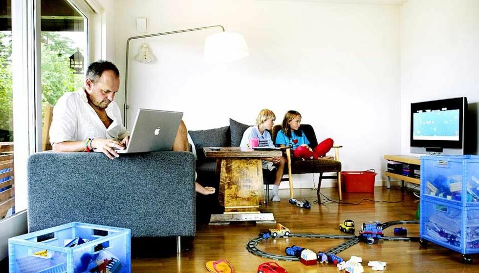 SKRIVER HJEMME: Harald Rosenløw Eeg kan skrive nesten hvor som helst, og flytter rundt i huset alt etter livssituasjon. Datteren Sval (9) sitter i bakgrunnen med kompisen Jakob Nerdal (10). Foto: METTE MØLLER, AGNETE BRUN OG ERLING HÆGELAND