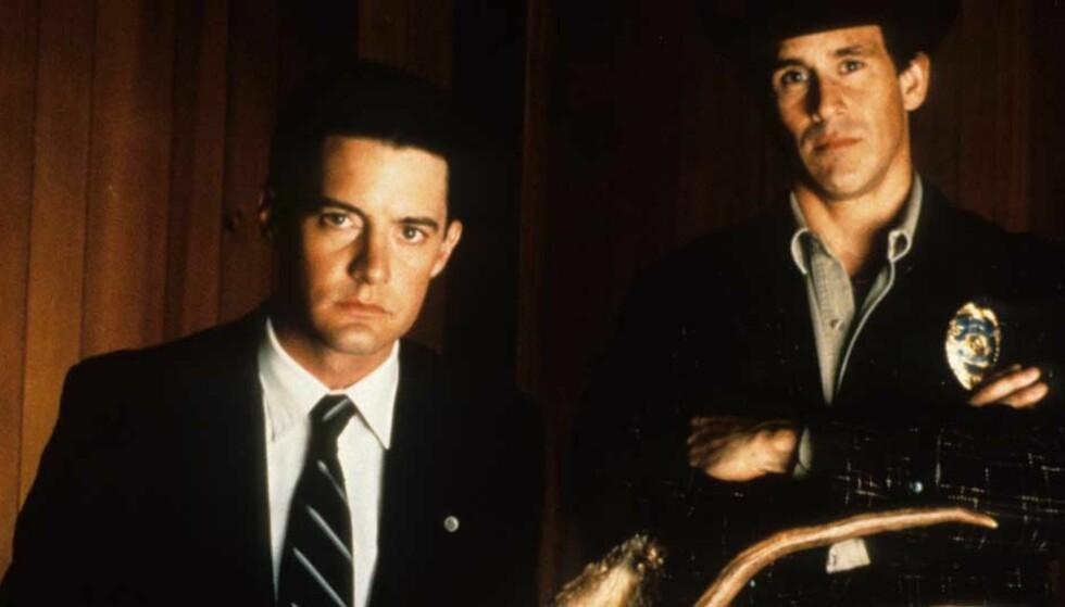 TILBAKE: Spesialagent Dale Cooper (Kyle MacLachlan) og den lokale sheriffen Harry S. Truman (Michael Ontkean) jakter på Laura Plamers morder i «Twin Peaks». Foto: TV 2