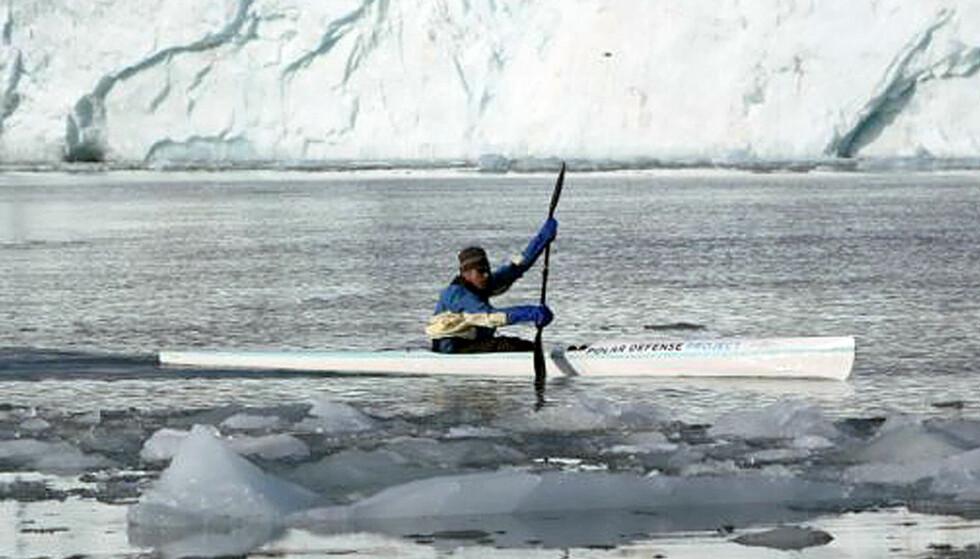 DRAMATISK SMELTING:  Den padlende advokaten og eventyreren Lewis Gordon Pugh ble stoppet av en meter tykk is 135 kilometer nord for Spitsbergen. For ett år siden støtte han på tre tykk is i samme område. Foto: AFP/SCANPIX.