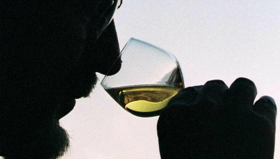 MYE GODT I GLASSET: Tre hvite viner får terningkast seks og høye poeng i dagens vintest i Dagbladet. Det er mye godt å bestille på Polet. Foto: Scanpix