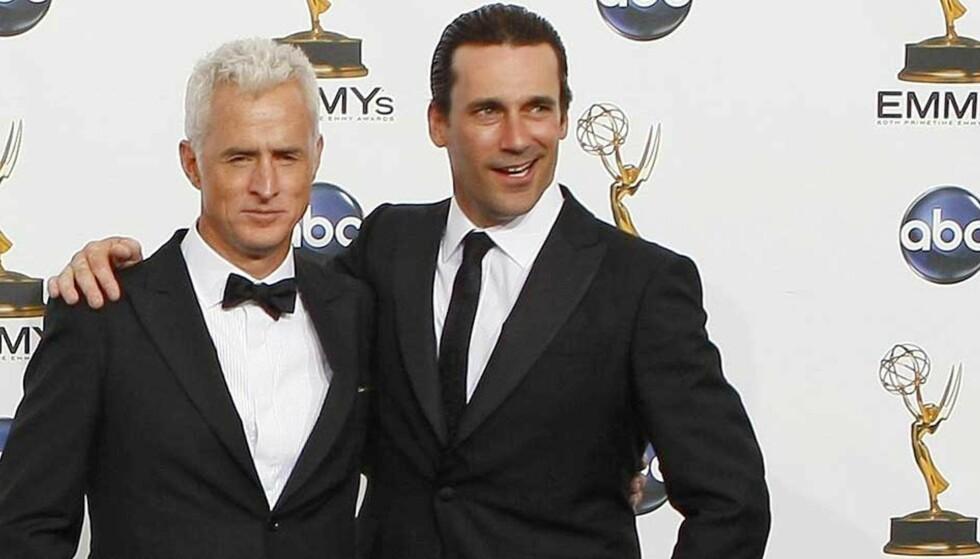 BESTE TV-DRAMA: John Slattery (til venstre) og Jon Hamm spiller reklamemenn på 60-tallet i serien som hentet hjem den mest prestisjetunge prisen under nattas Emmy-utdeling. Foto: SCANPIX/REUTERS