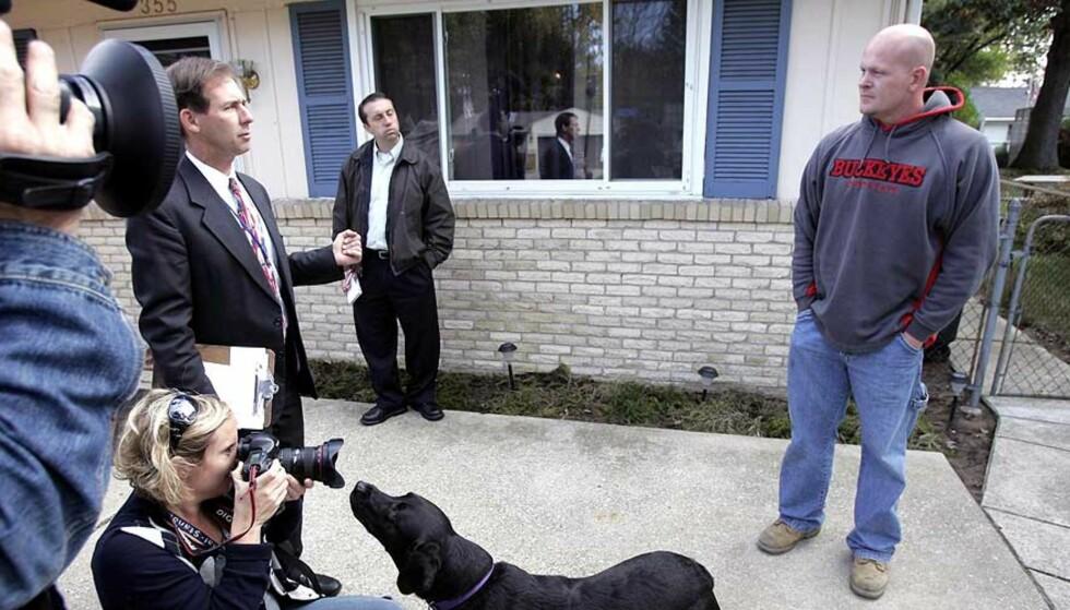 TRANGT OM PLASSEN: Nå er Rørlegger Joe lei av pressen. Her treffer han journalistene utenfor huset sitt i Ohio. Foto: SCANPIX / J.D. POOLEY / GETTY IMAGES