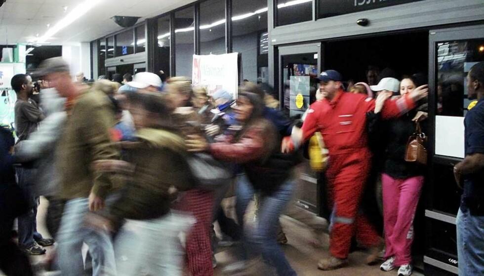 STORMER BUTIKKEN: Overalt i USA ventet folk utenfor kjøpesentrenes butikker før åpningstid i dag. Dette bildet er ikke fra hendelsen der en butikkansatt ble trampet ihjel, men viser shoppere som løper inn på Walmart i Elk City i Oklahoma. Foto: SCANPIX