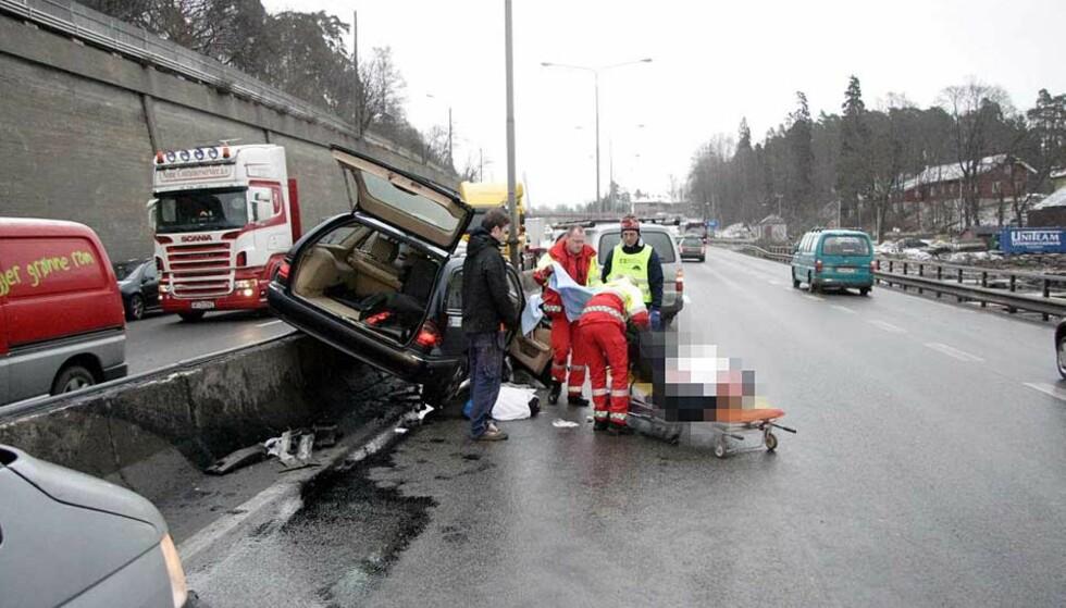 <strong><b>HAVNET PÅ MIDTRABATTEN:</strong></b> Sjåføren på 62 år ble alvorlig skadd da taxien han kjørte, krasjet med midtrabatten på E18 ved Sandvika utenfor Oslo. Foto: TRULS GRANDE