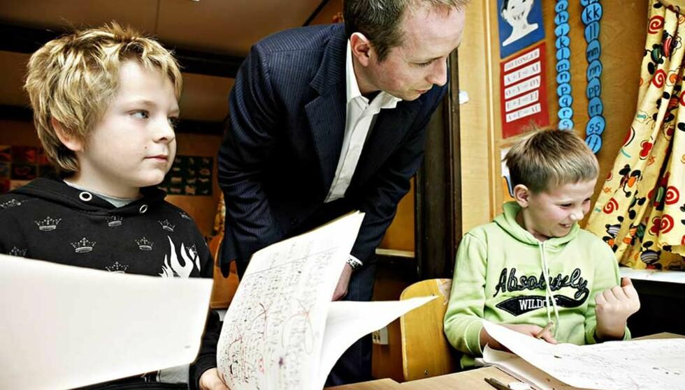 <strong><b>SOLHJELL SKUFFER:</strong></b> Artikkelforfatteren mener kunnskapsminister Bård Vegar Solhjell og regjeringen har gitt etter for opposisjonen i utformingen av det nye formålet for grunnskolen. Foto: JAQUES HVISTENDAHL