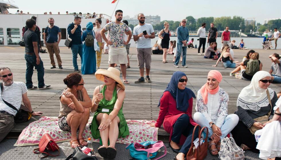 BURKINI-DEMO: En gruppe mennesker møtte i høst opp i Antwerpen i Belgia for å vise sin motstand mot burkini-forbudet som ble innført i flere franske byer. Foto: Frederik Sadones  / Zuma / Scanpix