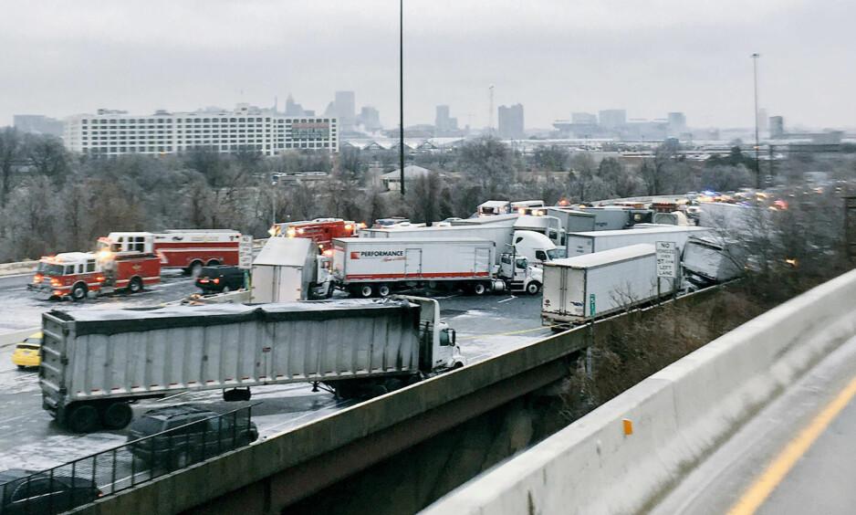FLERE DREPT: Minst 67 biler og vogntog var involvert i en massiv kjedekollisjon på motorveien I-95 utenfor Baltimore i Maryland i USA. Foto: Sage Hiller/Reuters/NTB SCanpix