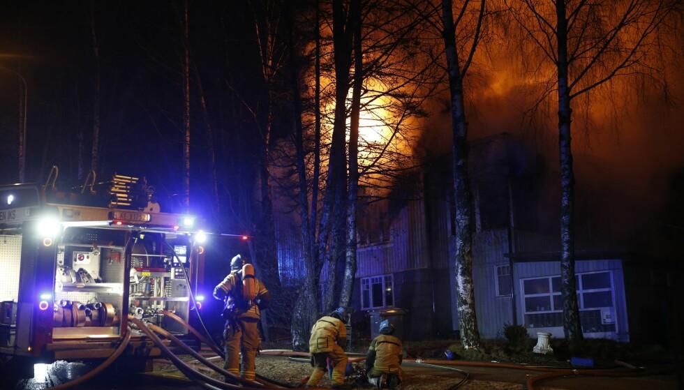 FULL FYR: En enebolig på Fagerstrand, på Nesodden, brant i kveld. Foto: Terje Pedersen / NTB scanpix