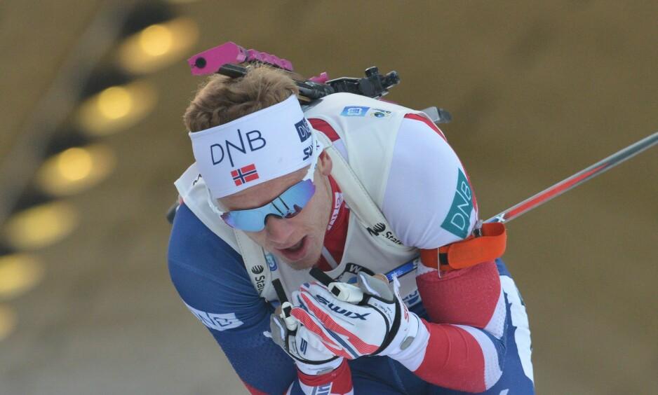 FALT: Johannes Thingnes Bø falt trolig fra en pallplassering. Foto: AFP PHOTO / Michal CIZEK / NTB Scanpix
