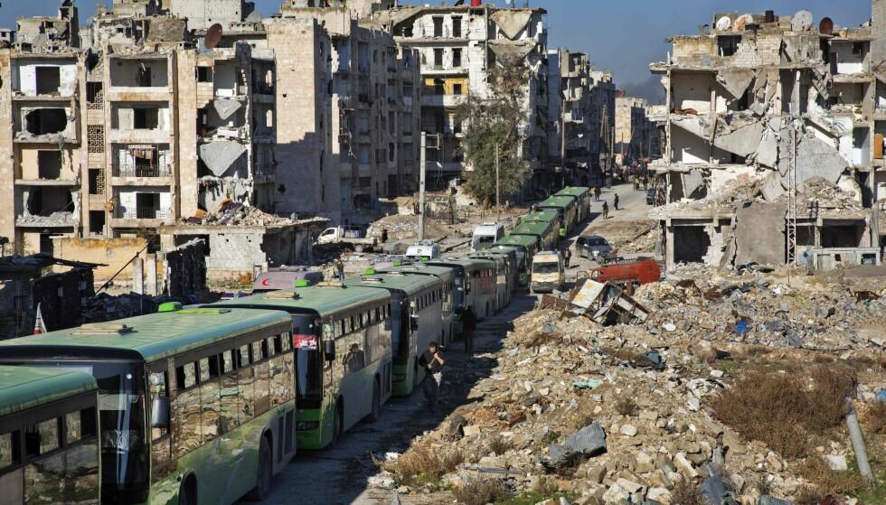 EVAKUERTE: Busser og ambulanser evakuerte i desember flere sivile og opprørere ut av Aleppo. Foto: AFP / KARAM AL-MASRI