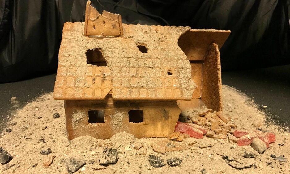UTRADISJONELT PEPPERKAKEHUS: Dette bildet av et pepperkakehus Pål Riise har laget, har fått mye oppmerksomhet på Facebook etter at han skrev et innlegg til statsminister Erna Solberg. Han ber Solberg om å gjøre enda mer for å få slutt på lidelsene i Syria. Foto: Pål Riise