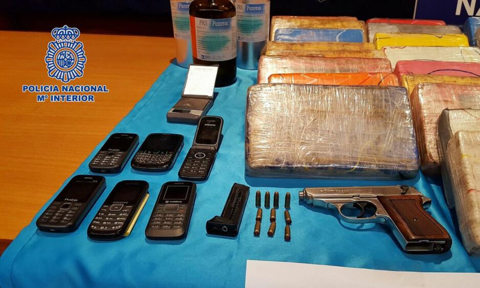 BESLAG: Det ble tatt beslag i store mengder narkotika, våpen og telefoner. Foto: Spansk politi