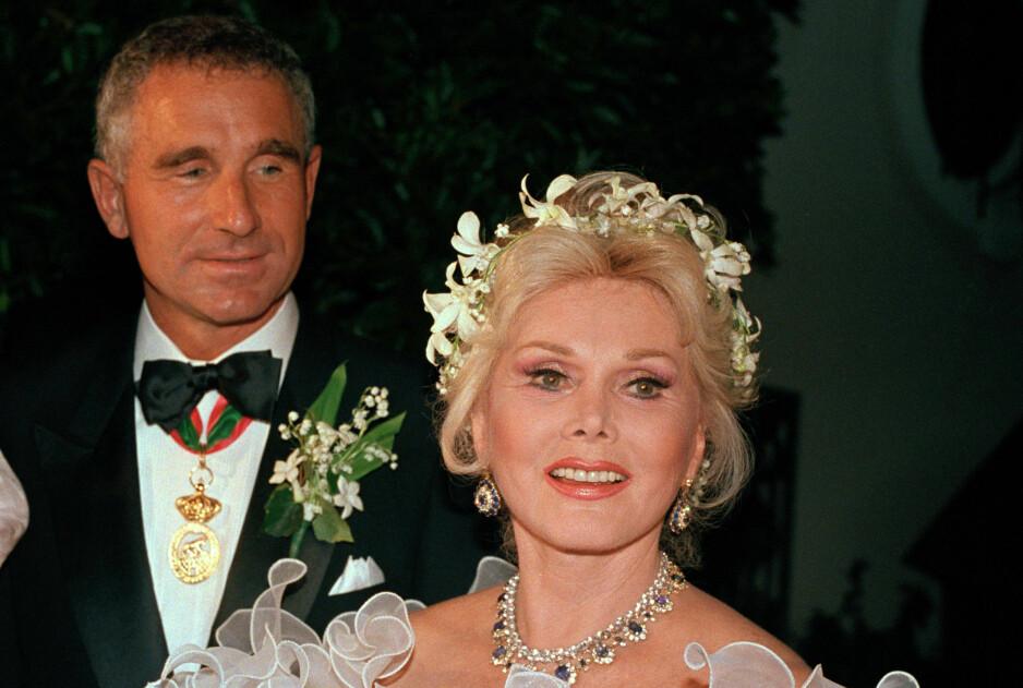 DØD: Skuespiller Zsa Zsa Gabor er død, 99 år gammel. På bildet er hun sammen med ektemannen prins Frederic von Anhalt på deres bryllupsdag i 1986. Foto: AP/NTB Scanpix