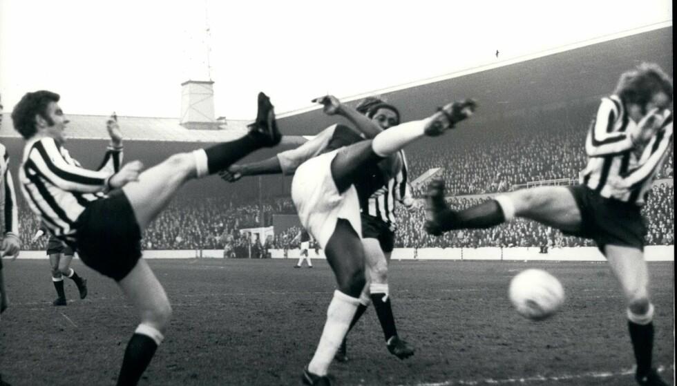 BLE UTSATT FOR RASISME: West Ham-spiller Clyde Best ble på 70-tallet utsatt for rasisme. Han var blant de første fargede spillerne som gjorde seg bemerket i engelsk fotball. Nå er han bokaktuell om rasismen som gjorde fotballen til en utrivelig arena. Fra venstre, Ollie Burton (Newcastle), Best og Frank Clark (Newcastle). Foto: Keystone Pictures USA / ZUMAPRESS.com / NTB Scanpix