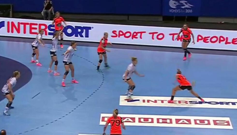 HER GÅR DET GALT: Danick Snelder skulle bare sende en helt vanlig pasning til lagkamerat Cornelia Groot. Foto: Skjermdump TV3