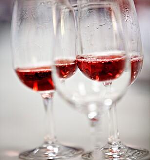 Hvis du er uheldig å knuste vinglass, så pakk det godt inn i papir og legg det i restavfallet. Foto: Dagbladet