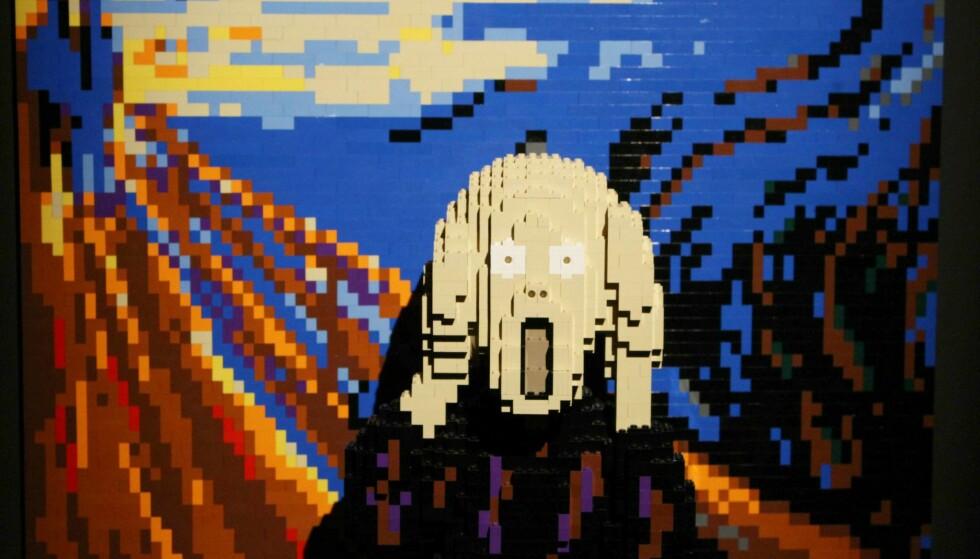 SKRIK: Nathan Sawaya har laget Edvard Munchs «Skrik» i Legoklosser. Kunstverket er en del av utstillingen «The Art of the Brick», som for tiden stilles ut i Milano. Foto: NTB scanpix / Splash News