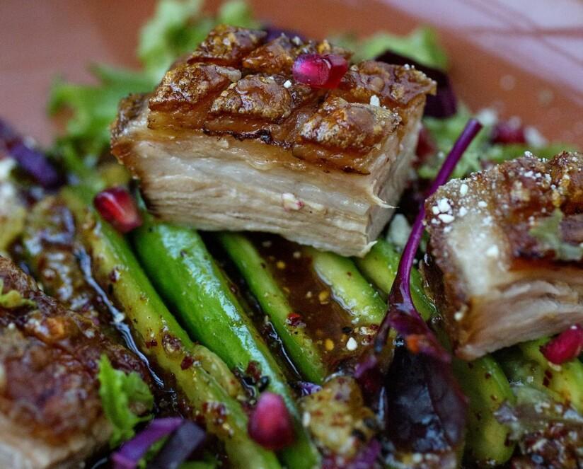 SNADDER MED RIBBE: Restemat kan være både spennende og smaksrikt. Jan Robins sprø ribbestykker med «smacked cucumber» og frisk salat kan absolutt anbefales i romjula. Foto: Mette Møller
