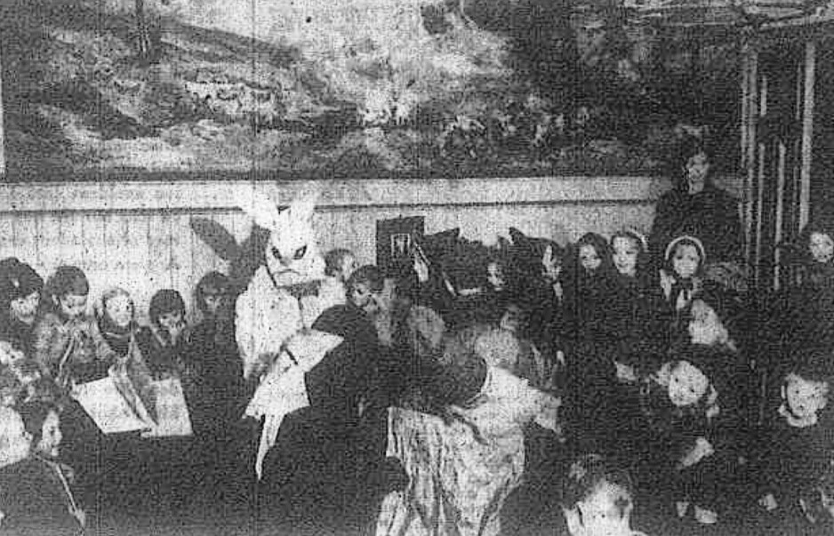 IKKE JULETREFEST: Men vintersolverv, skulle nordmennene feire under krigen. Her er det en harepus som gleder barn på et daghjem i oslo. (Faksimile: Fritt Folk)