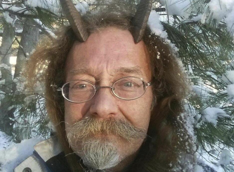 RELIGIØSE HORN: Den hedenske presten Phelan Moonsong har fått ja til å bruke geitehornene på førerkortbilde. Foto: Phelan Moonsong via AP / NTB scanpix