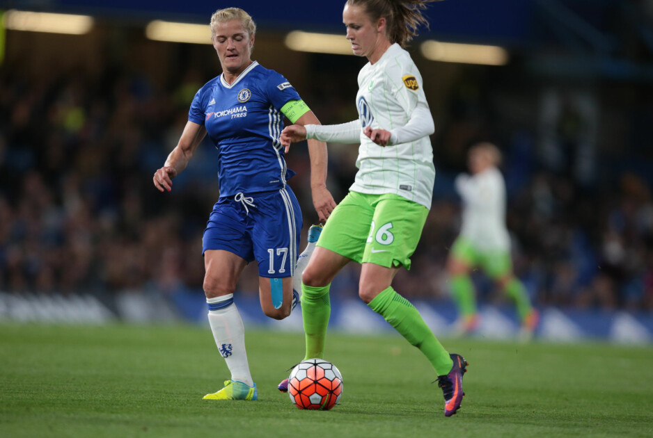 SNART FRISK: Caroline Graham Hansen har planer om å returnere til fotballbanen i januar etter å ha vært ute med brudd i leggbeinet. En av de siste kampene hun spilte før hun ble skadet, var denne Champions League-kampen mot Chelsea og Kaite Chapman 5. oktober. Foto: NTB Scanpix