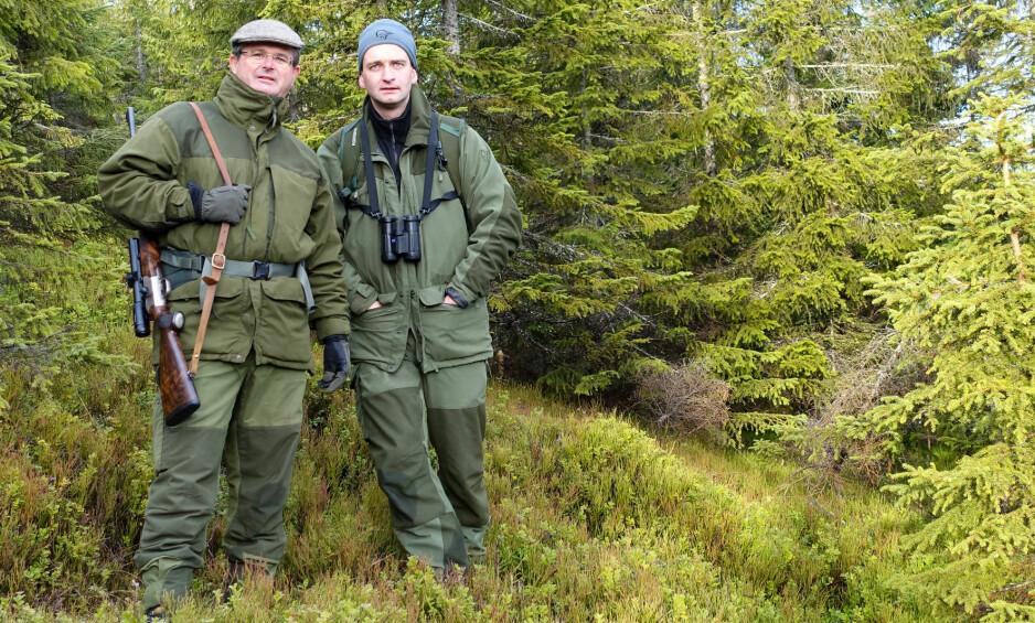 BLASER-ENTUSIAST: Godseier Harald Løvenskiold (t.v) benytter Blaser-rifler når han er på storviltjakt. Her sammen med  jaktguide Kristian Berglund på Oppkuven i Nordmarka. Foto: Harald Haave.